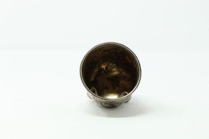 Gobelet en argent à décor de rinceaux  Fin XIXe  Poids : 82,5 g.