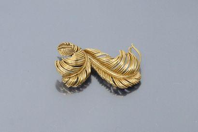 Broche « plumes » en or jaune 18K (750)....