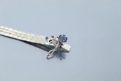 Bracelet en or gris 18K (750) et métal à trois rangs. Le fermoir est orné de motifs...