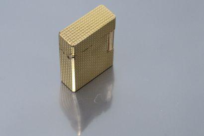 S.T. DUPONT  Briquet en plaqué or, modèle BSP à pointes de diamant, chiffré ECN,...