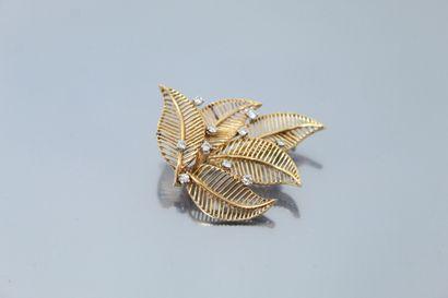 """Broche """"feuilles"""" en fils d'or jaune 18K..."""