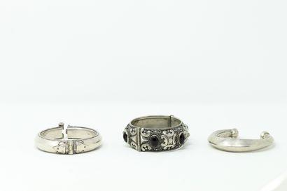 Lot de trois bracelets rigides en argent,...
