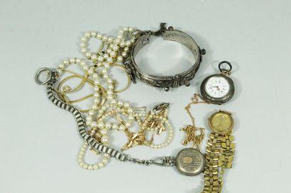 Lot de bijoux et montres fantaisies, certains...