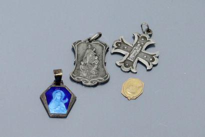 Débris d'or : petite médaille figurant la...