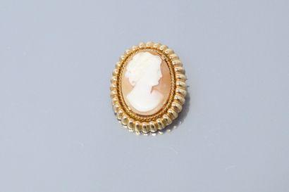 Broche ovale en or jaune 18k (750) ornée...