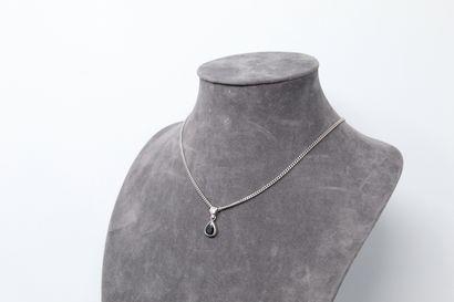 Pendentif en or gris 18K (750) orné d'un saphir poire et d'un diamant, avec sa chaine...
