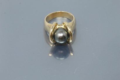 Bague en or jaune 18K (750) ornée d'une perle de Tahiti.  On y joint son certificat...