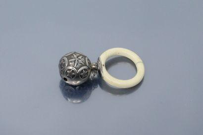 Hochet composé d'une boule en argent (Sanglier)...