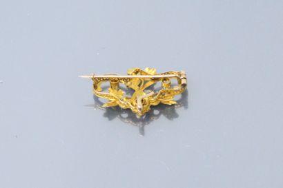 Broche de style Art Nouveau en or jaune 18k (750) à décor feuillagé orné de perles....