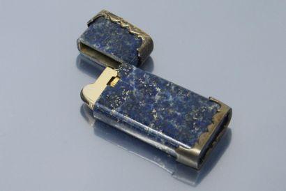 Briquet en lapis lazuli et méatl doré. Deux protections supérieures et inférieures...