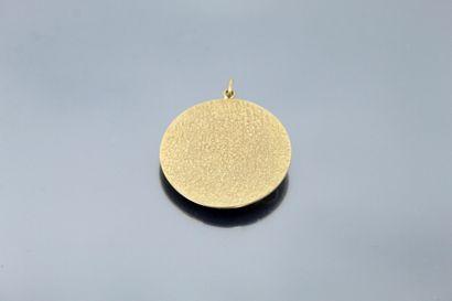 Pendentif de forme circulaire en or jaune 18K (750) orné d'un motif de diligence...