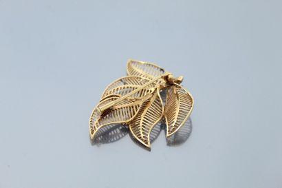"""Broche """"feuilles"""" en fils d'or jaune 18K (750) et platine figurant 5 feuilles ponctuées..."""