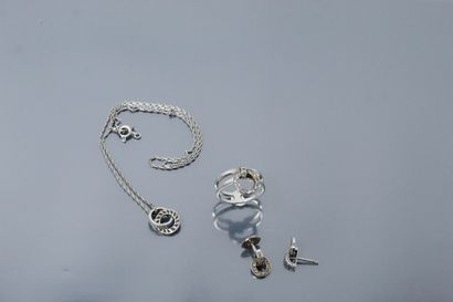 Parure en or gris 18K (750) et diamants composée d'une paire de boucles d'oreilles,...