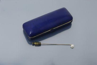 Epingle à cravate en métal ornée d'une perle...