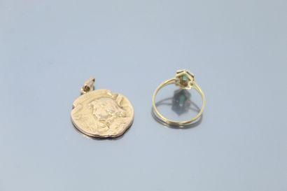 Bague en or jaune et gris 18k (750) ornée d'une émeraude ovale et un pendentif en...