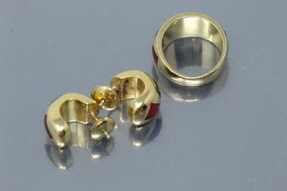 Demi-parure comprenant une bague dôme en or jaune 18K (750) et une paire de boucles...