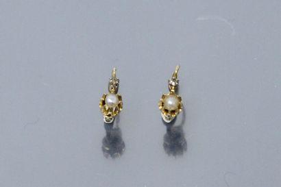 Paire de dormeuses en or jaune 18k (750), serties d'une perle baroque et d'un brillant....