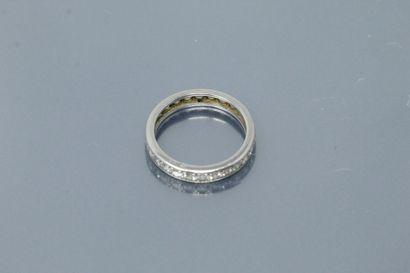 Alliance américaine en platine ornée de diamants.  Tour de doigt : 51 - Poids brut...