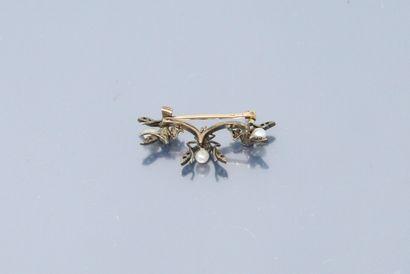 Broche barette en or jaune 18k (750) et argent stylisant trois petites mouches ornées...
