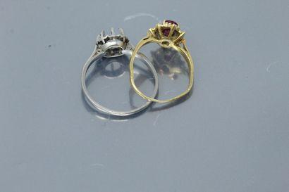 Lot de deux débris de bague, une en or jaune 18k (750) ornée d'un rubis traité et...