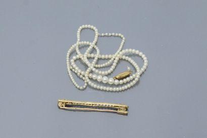 Broche barette en or 18K (750) ornée d'une rangée de petites perles de culture,...
