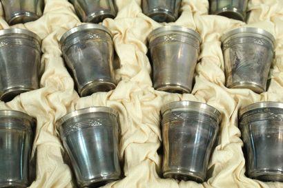 Douze gobelets à liqueur en argent (Minerve).  Dans son écrin d'origine.  Dim. :...