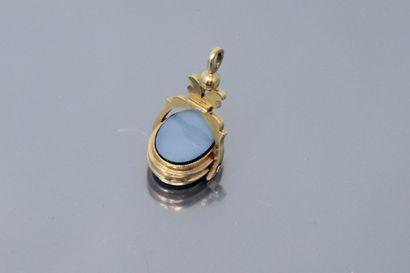 Pendentif articulé, monture en or jaune 18k (750), une pierre bleue à intaille (non...