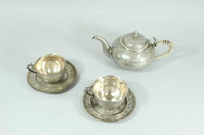 Une théière avec deux tasses et sous-tasses...