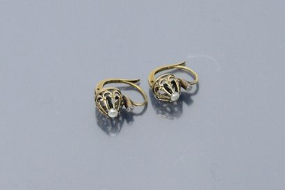Paire de boucles d'oreilles en or jaune 18K (750), chacune ornée d'une petite perle....