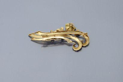 Broche gerbe en or 18K (750) à décor de quatre fleurs, trois d'entre elles ornée...