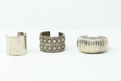 Lot de trois bracelets jonc en argent.  Travail...