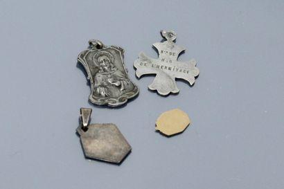 Débris d'or : petite médaille figurant la Vierge de profil droit (poids : 0.37 g)....