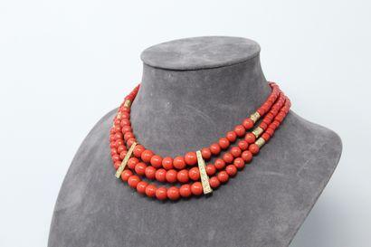 Collier trois rangs de perles rouges en chutes....
