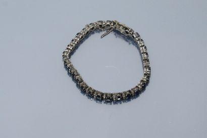 Bracelet ligne en argent orné de saphir rond...