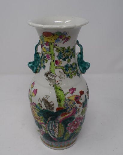 Vase en porcelaine polychrome à décor d'...