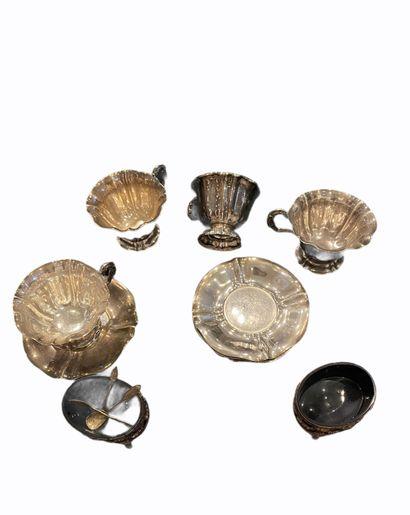Quatre tasses et leurs tasses de forme goudronnées...