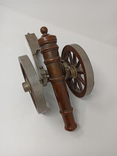 Canon miniature en fonte, bronze et bois...