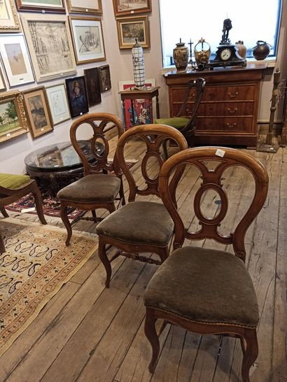 3 chaises, assises garnies de velours ve...