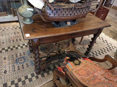 Table en bois naturel à 4 pieds torsadés...