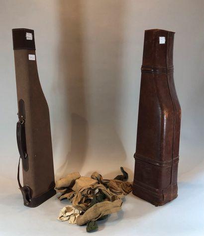 Deux étuis fusil: un en cuir et l'autre en...