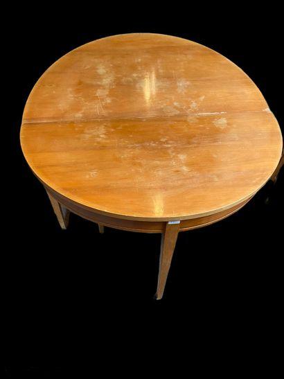 Une table de salon en bois fruitier à quatre...