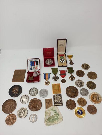 Lot de médailles en bronze et médailles ...