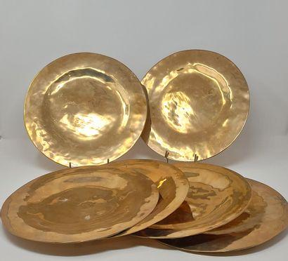 Suite de 6 assiettes en métal doré.  D.:...