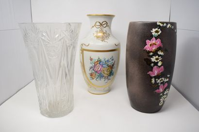 Manette    - Un vase Vallauris à motifs fleuris,...
