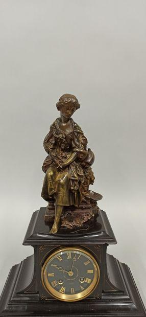 Pendule borne surmontée d'une sculpture en...