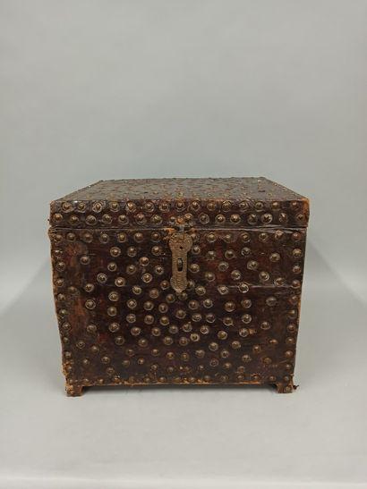 Coffre carré gainé de cuir et décor clouté....