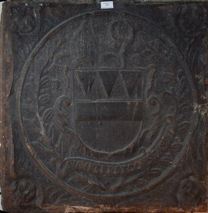 Plaque de cheminée en fonte armoriée.  XVIIIème...