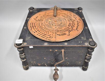 Phonographe à manivelle de marque Ariston...