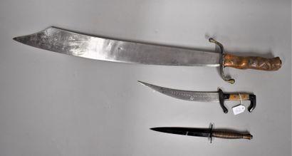 Lot de trois armes comprenant :  -Un sabre...