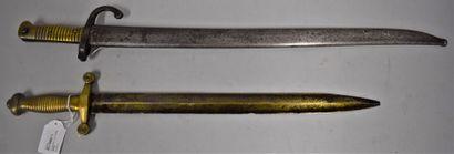 Lot de deux armes comprenant :  -Glaive 1831...